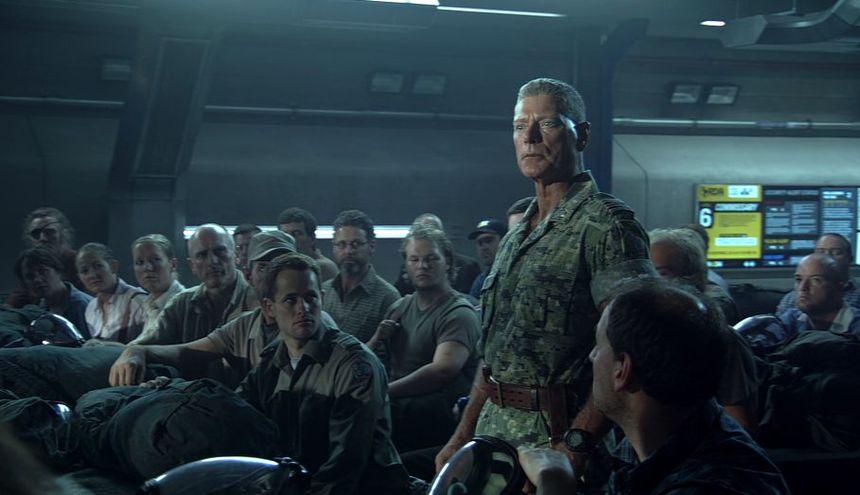 隊員たちの前で指揮をとるクオリッチ大佐